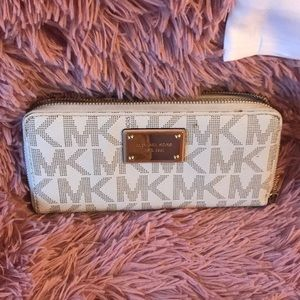 MK wallet 💛